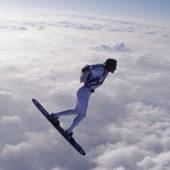 Surfer au-dessus des nuages
