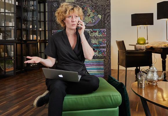 Ursula Diwa telefoniert dank IP-Telefonie standortunabhängig übers Festnetz.