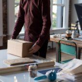 Ein Mann verpackt ein Paket.