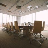 Blick in ein leeres Sitzungszimmer in einem Grossunternehmen.