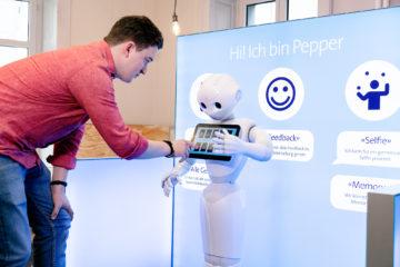 Memory spielen mit Roboter-Assistent Pepper im Shop.