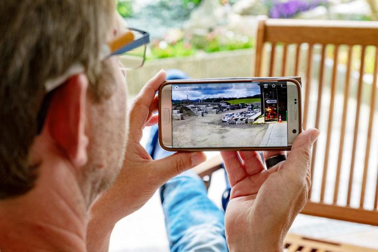 Caméra de surveillance: les images sont transmises au smartphone via le réseau mobile.