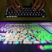 Blick vom oben auf Programmierer, der auf der Tastatur tippt.