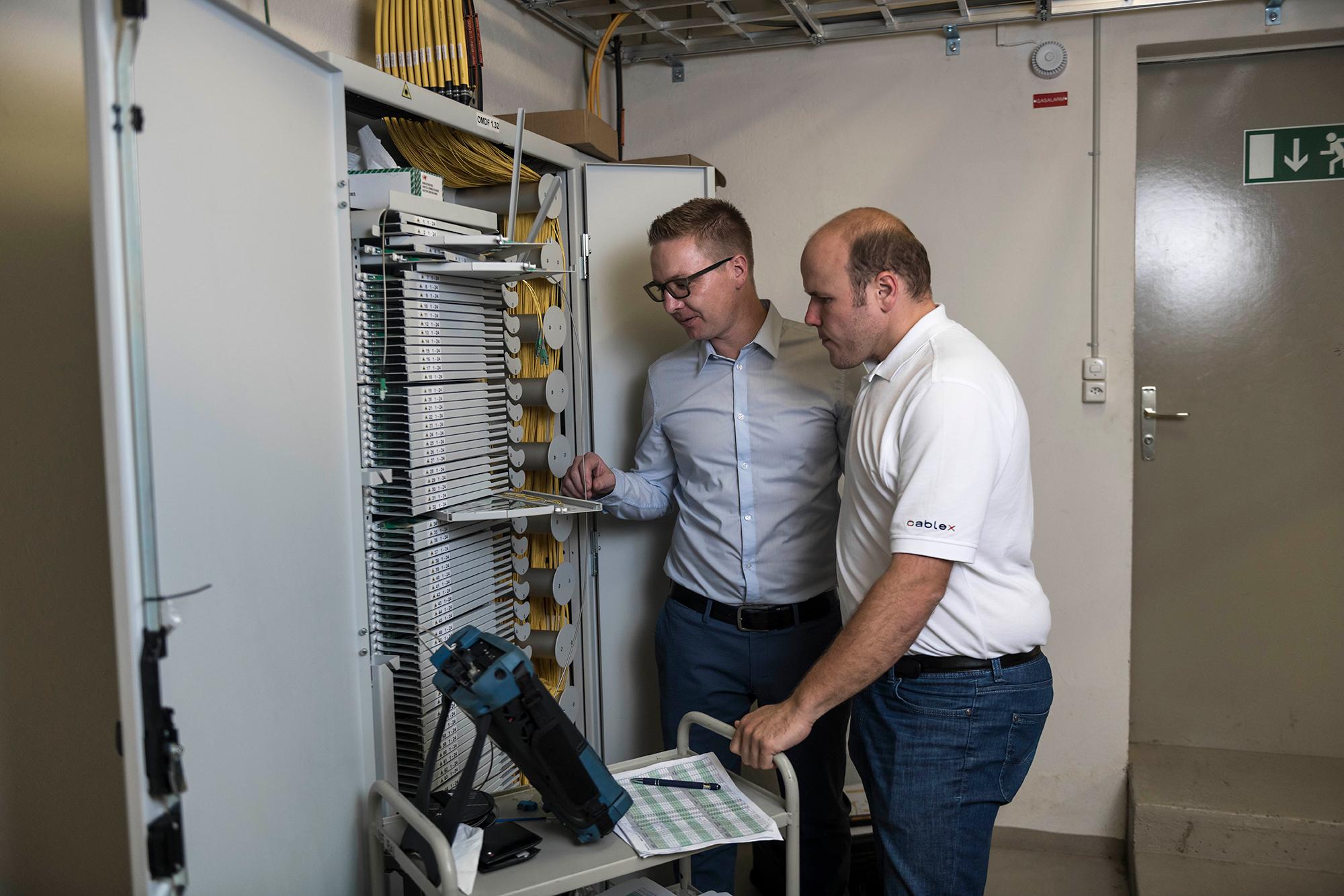Ralf Gugelmann et les collaborateurs Cablex observent les raccordements à fibre optique pour l'Internet rapide à Balsthal