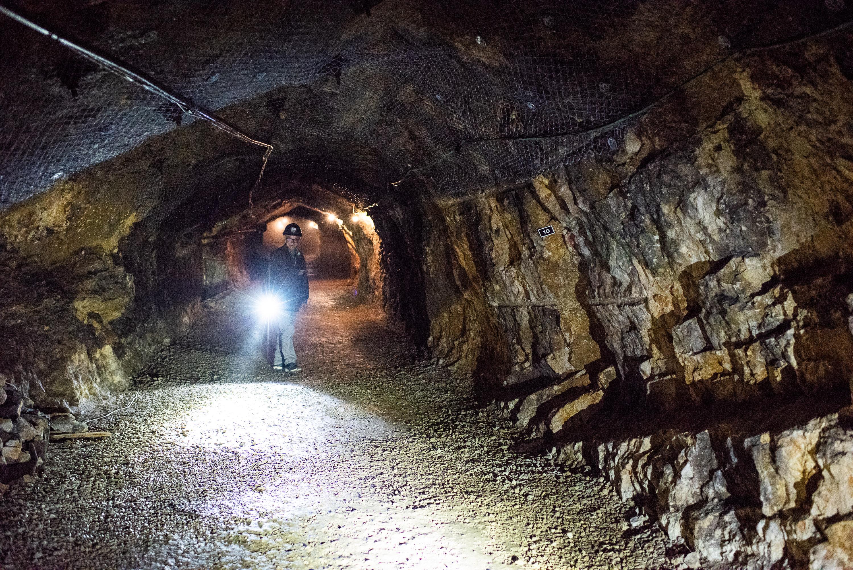 Theo Bünzli in una miniera di asfalto