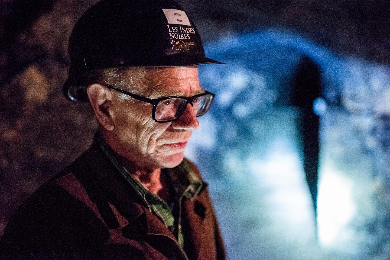 Theo Bünzli con il casco in una miniera di asfalto