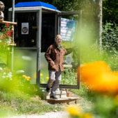 Theo Bünzli devant sa cabine téléphonique / son publiphone
