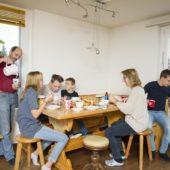 Der digitale Familienalltag beginnt am Frühstückstisch.