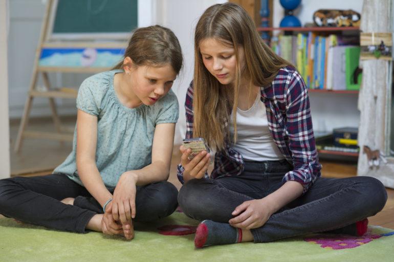 Ayla hilft Elin einen Song, den sie besonders mag, auf ihren iPod zu laden.