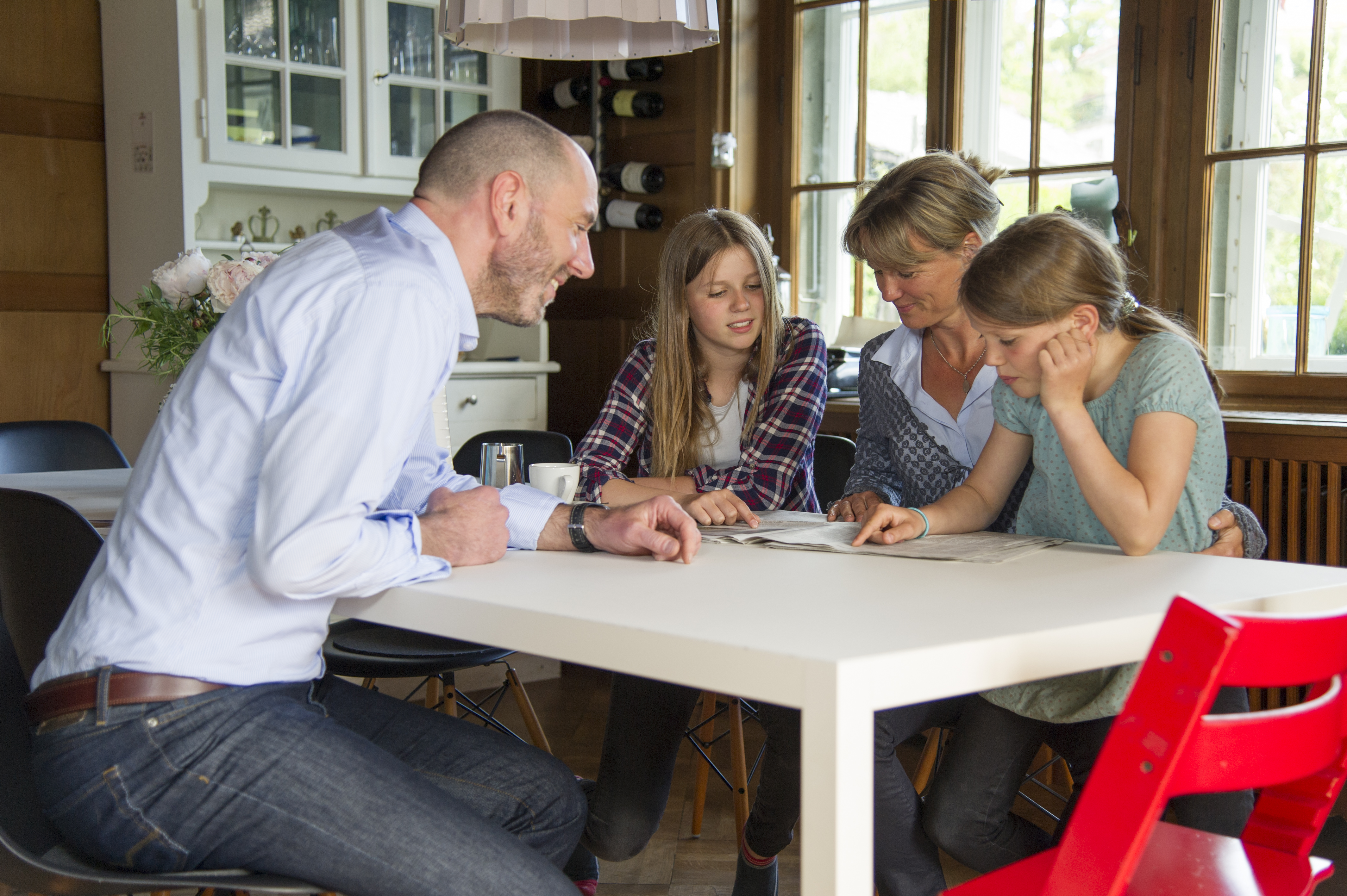Die Familie diskutiert am Tisch immer wieder über digitale Ereignisse.