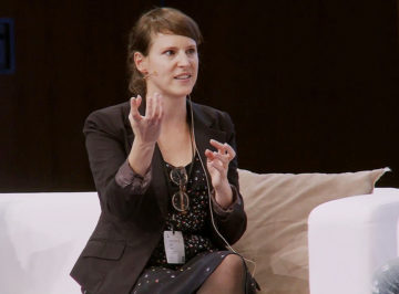 Sandra Tobler diskutiert an der Swisscom Dialog Arena über Digitalisierung in ihrem Start-up.