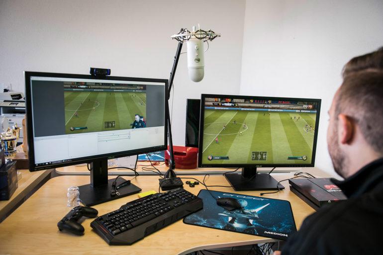 Luca Boller gioca a Fifa su due schermi.