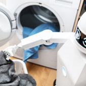 Haushaltsroboter beim Wäsche waschen