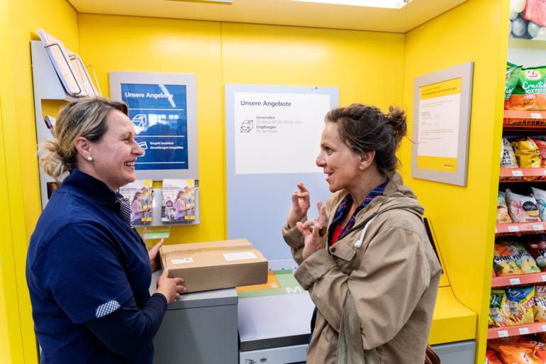 La non udente Corina Arbenz riceve assistenza nella spedizione del suo pacco.