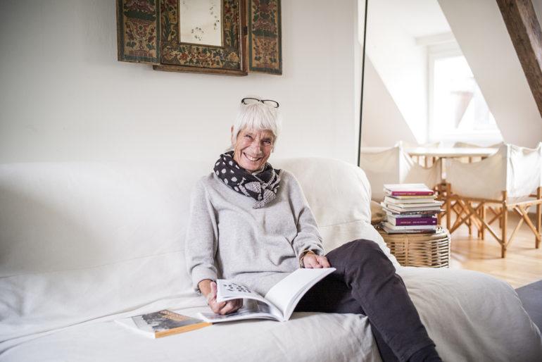 La fotografa Ursula Markus nel suo appartamento nella Rolandstrasse.