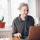 Una donna lavora al laptop da casa.