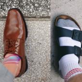 Homme avec une chaussure de costume à un pied et une sandale Birkenstock à l'autre pied