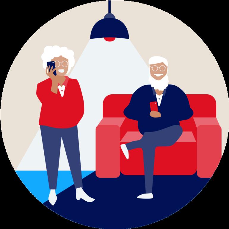 Alter Mann sitzt auf dem Sofa und jüngere Frau steht daneben und telefoniert mit Handy.