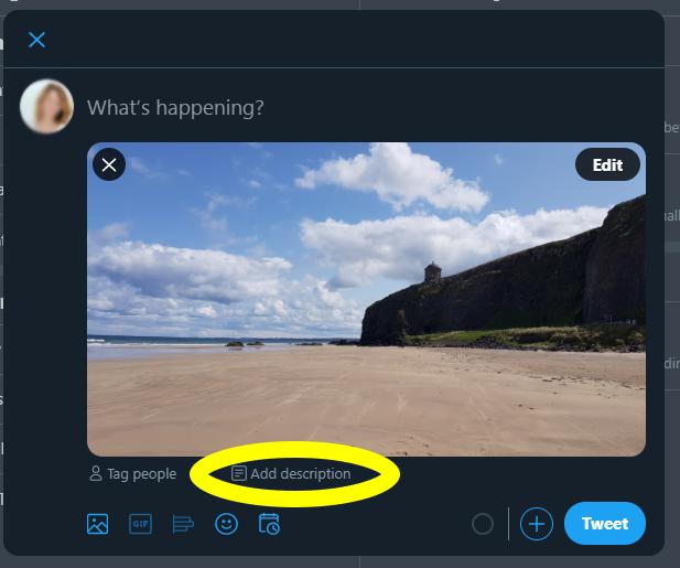 """Neue Ansicht: Ein neuer Beitrag mit Bild wird auf Twitter erstellt. Unter dem bereits hochgeladenen Bild erscheint nun der Punkt """"Bildunterschrift hinzufügen"""". Diese Ist gelb markiert."""