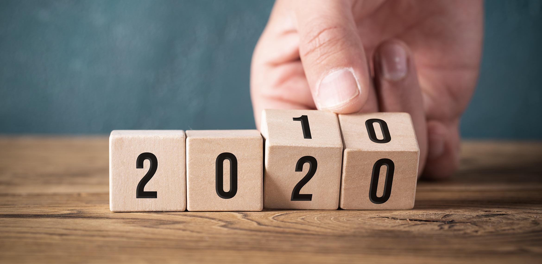 Mano gira combinazione di cubi numerici dal 2010 al 2020