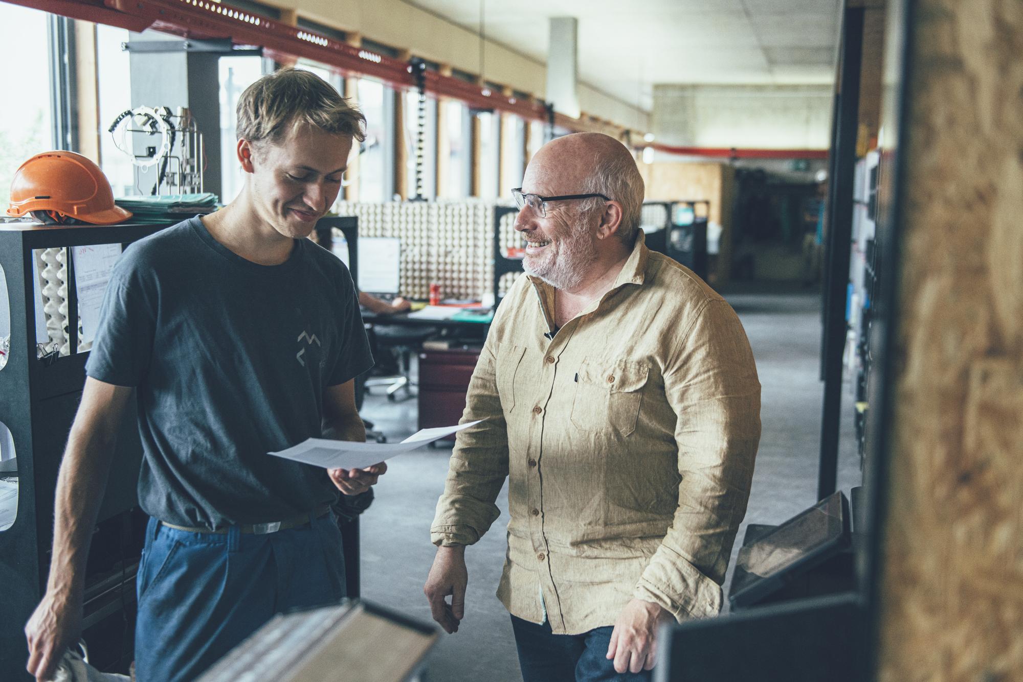Samuel Fausch, Metallwerk, im Gespräch mit einem Mitarbeiter.