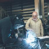 Samuel Fausch setzt beim KMU Metallwerk auf Digitalisierung und Handarbeit.