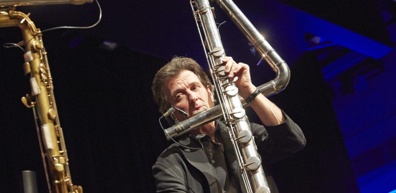Matthias Ziegler spielt Bassflöte.