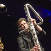 MatthiasZiegler joue de la flûte basse.