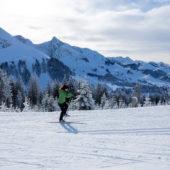 Frau beim Langlauf auf dem Gurnigel bei schönem Winterwetter.