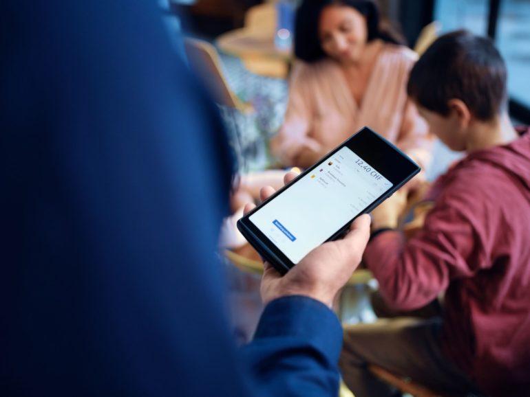 Caisse mobile sur le smartphone pour la restauration