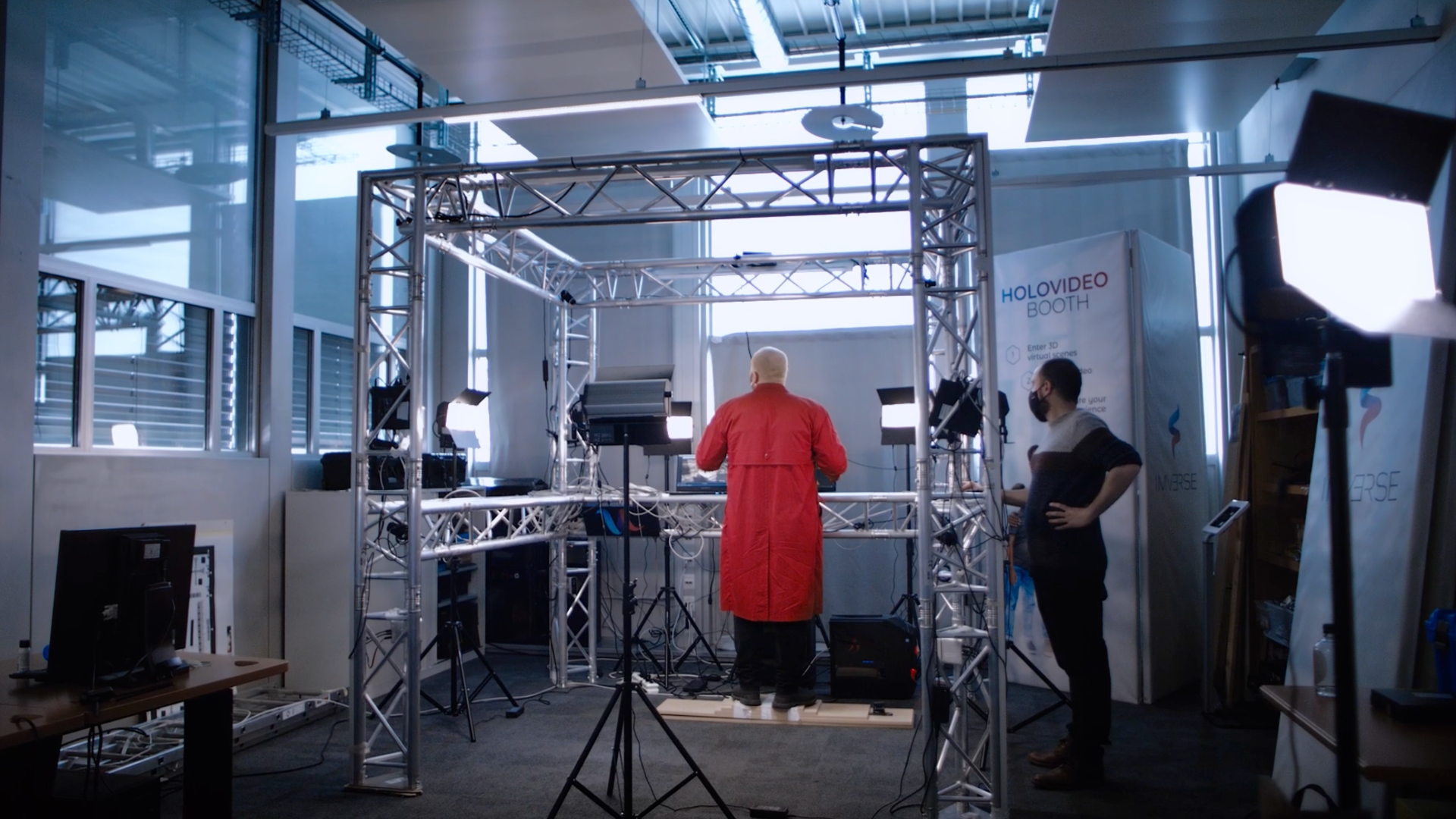 Queste telecamere registrano Ozan in tempo reale e lo «olotrasportano» nello spazio virtuale.