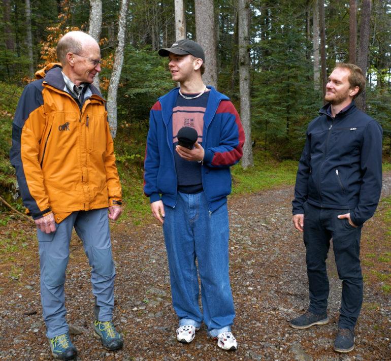 Da sinistra: Felix Lüscher, responsabile della divisione forestale del progetto OAK, l'ambasciatore del clima Sascha e Hannes Etter, responsabile del progetto alla South Pole.